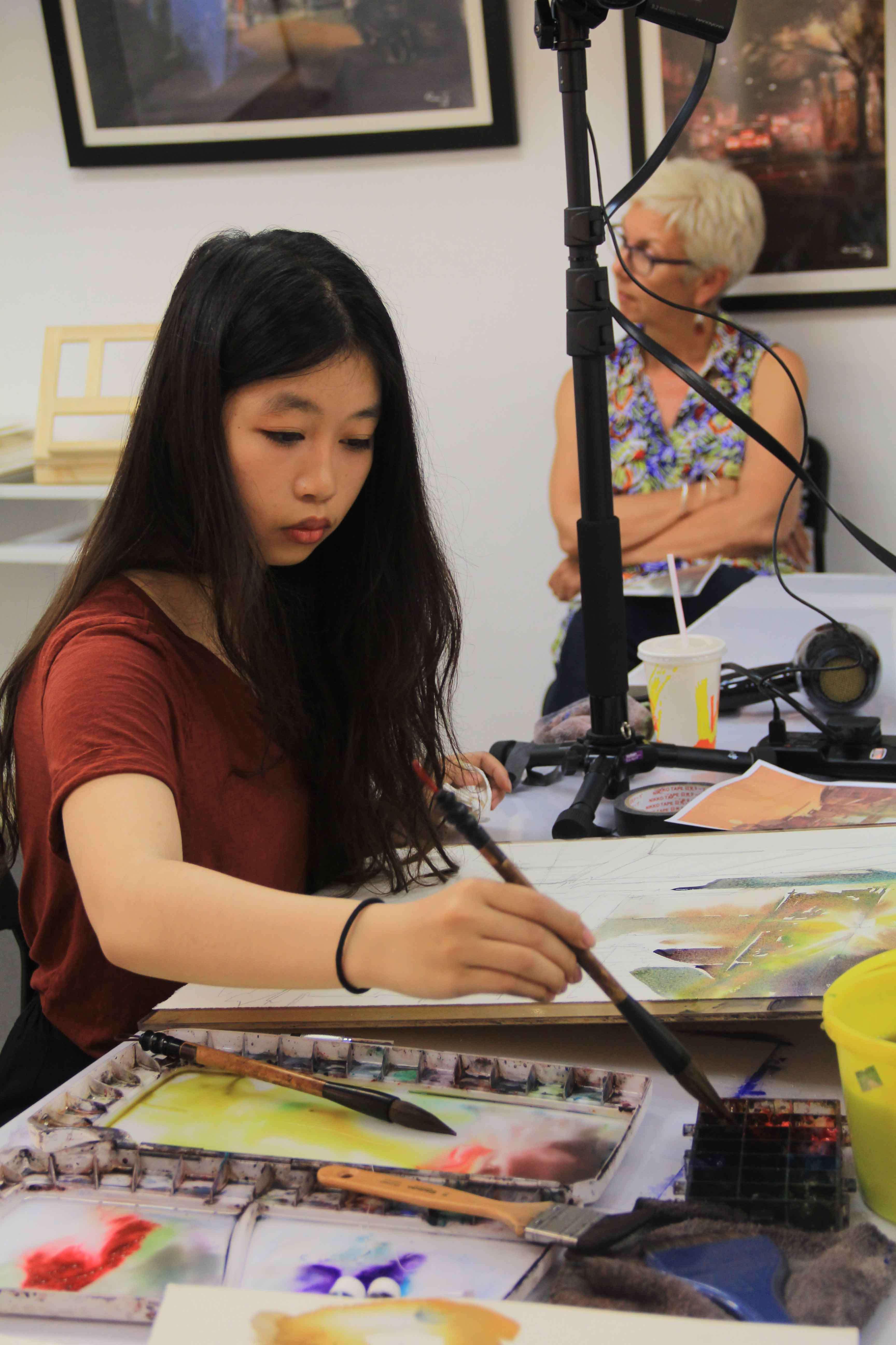 Rainbow Tse, during her watercolor workshop in Rainze Gallery