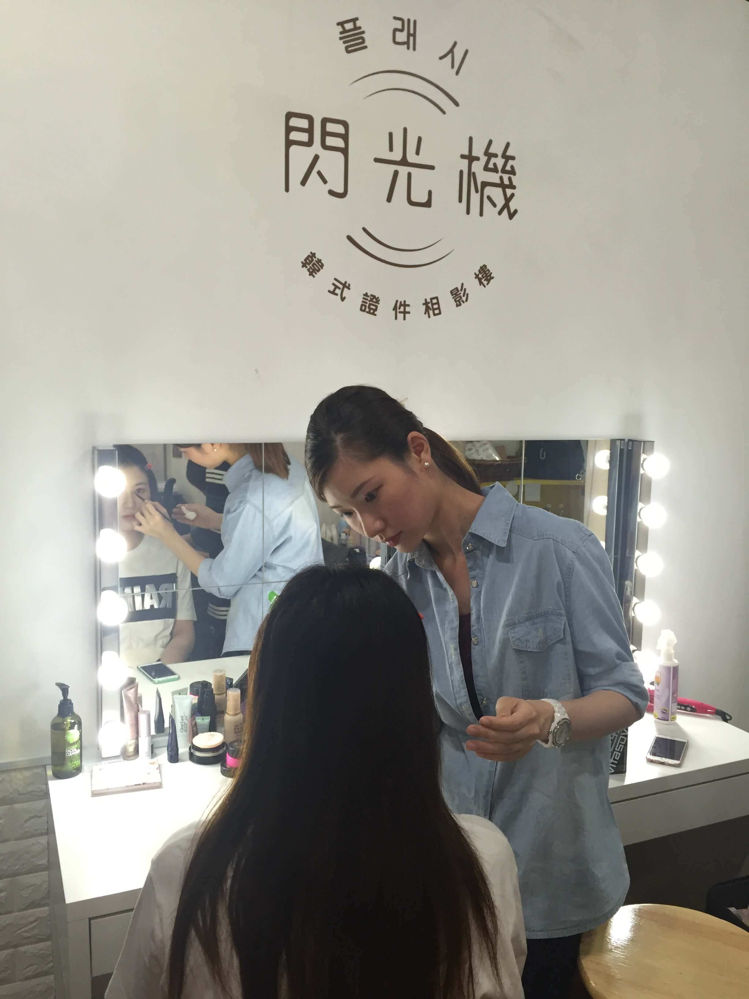 Mandy's shop provides professional make up service before shooting. It attracts many customers, especially girls in their 20s.