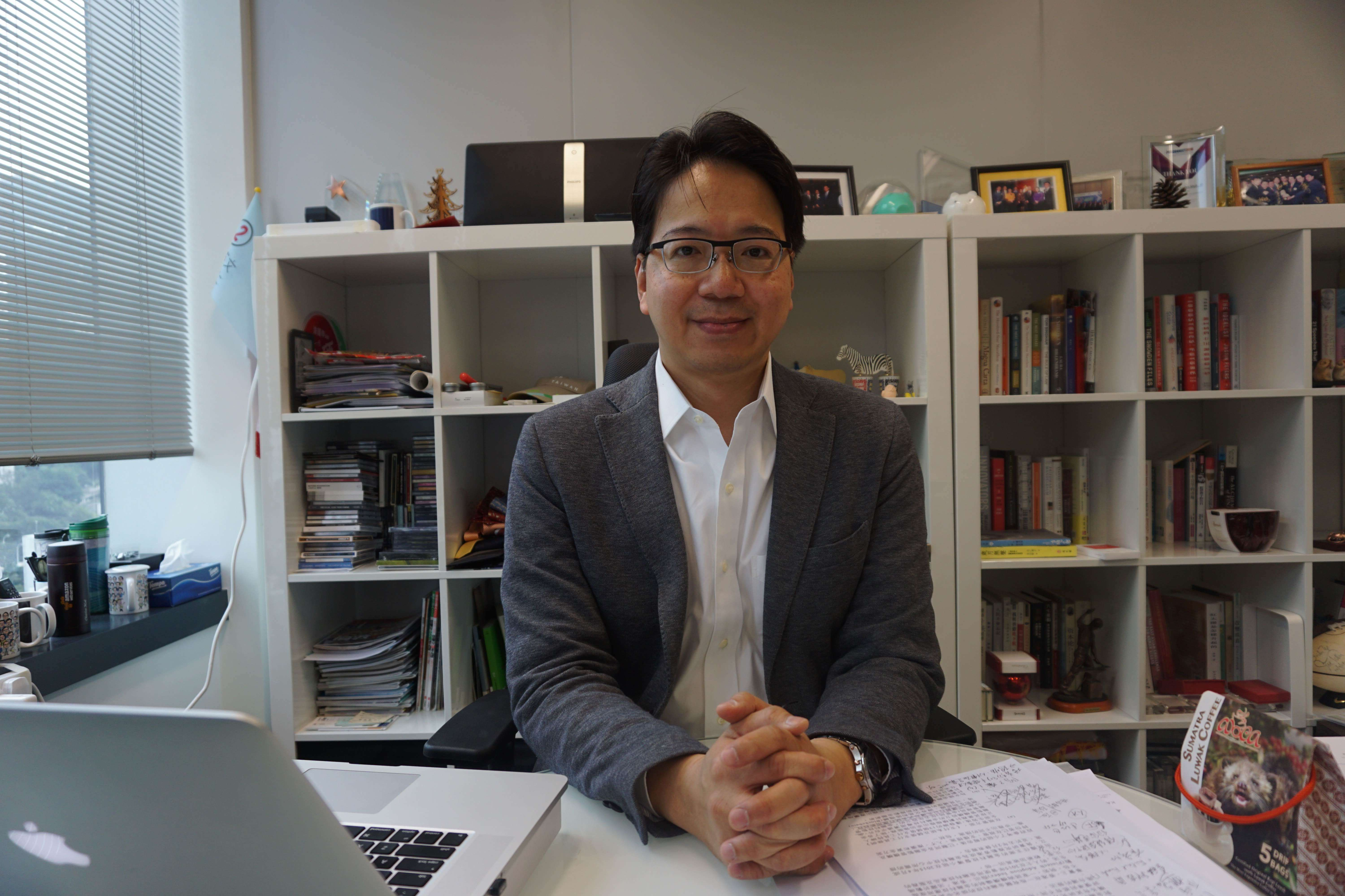 Charles Mok criticized government for not taking the le ership in applying AR technique in practice these years.